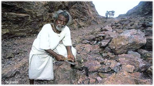 Ông Dashrath Manjhi cũng từng dành 22 năm để đẽo đá làm đường.