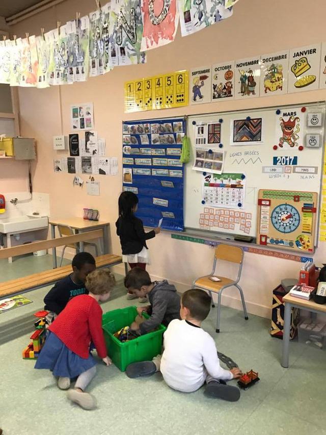 Lớp học giản dị với các trò chơi được sắp xếp theo chủ đề (Ảnh: Nguyên Kan).