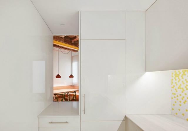Được thay cửa và tường bằng gương, căn nhà cũ thay đổi không ngờ - Ảnh 3.