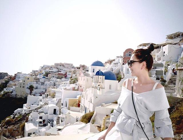 Cô gái thời tiết cười rạng rỡ tại hòn đảo xinh đẹp Santorini (Hy Lạp), vùng đất trong mơ của bao người.