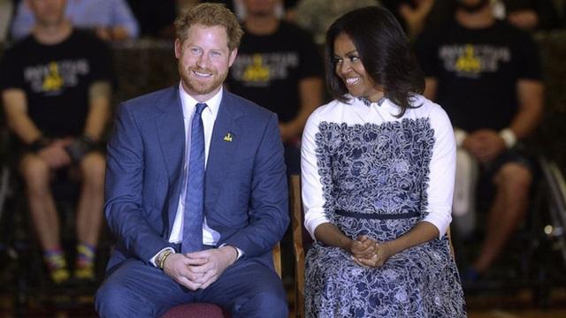 Chuyên gia ngôn ngữ cơ thể chỉ ra sự khác biệt trong cách nói chuyện của Hoàng tử Anh với bà Melania Trump và bà Michelle Obama - Ảnh 3.
