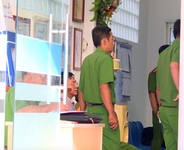 Công an đang khám nghiệm hiện trường vụ cướp ngân hàng ở Vĩnh Long