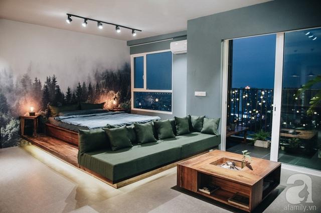Giường ngủ được bố trí ở gần khung cửa sổ, nơi gia chủ có thể tận hưởng những cơn gió mát lành hay ánh nắng ban mai dịu dàng vào buối sáng sớm.