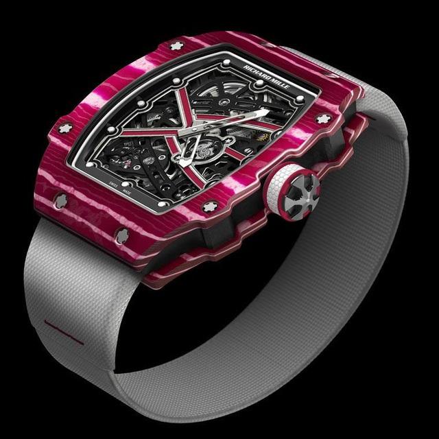 Mẫu đồng hồ siêu phẳng RM 67-02 được tùy chỉnh cho vận động viên và, với dây đeo chỉ nặng 62 gram (~155.254 USD)