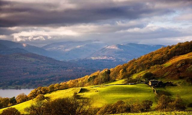 3. Lake District, Uk: Đây là một khu vực miền núi Tây Bắc nước Anh. Màu sắc mùa thu nơi đây rất phong phú với màu cam, đỏ xen kẽ với của màu xanh của cây cối. Nhìn xuống mặt nước, sắc cây cối tương phản màu sắc của khu rừng càng thêm đẹp mắt.