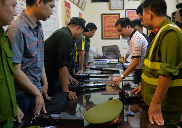 Hà Nội ra quân tổng kiểm tra, kiểm soát hành chính trong đêm: Đang ngồi uống nước, bị mời về phường vì không mang giấy tờ tuỳ thân - Ảnh 3.