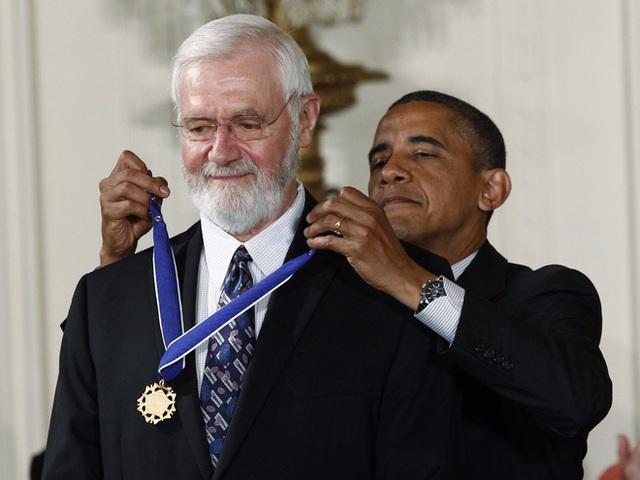 Ngài Foege được đích thân cựu Tổng Thống Barrack Obama trao tặng huân chương Tự Do