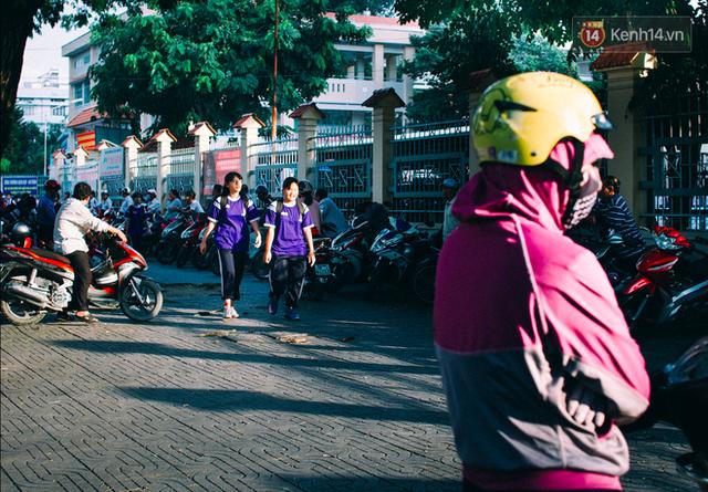 Cũng vào thời điểm này, trước các trường học là nỗi ám ảnh với người lưu thông vì phụ huynh chờ đón con đỗ xe đầy dưới lòng đường. Cũng có những trường học có khoảng sân trước trường rộng rãi, phụ huynh đỗ xe máy thành hàng dài chờ con tan học.