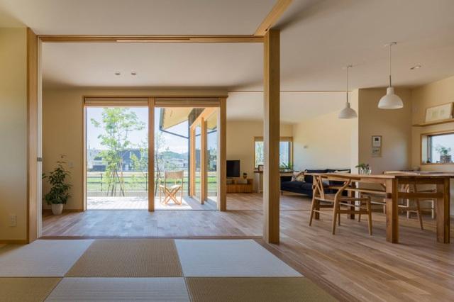 Cũng như phần lớn các ngôi nhà của người Nhật, nội thất trong nhà này hầu hết được làm bằng gỗ tự nhiên sáng màu mang đến không gian thân thiện và vô cùng mát mẻ.