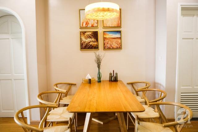 Ngay lối vào nhà là không gian ăn uống, ấm cúng và dịu dàng phảng phất nét thu.