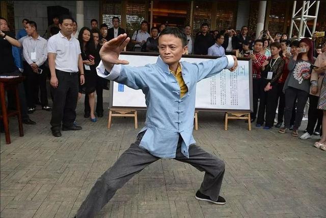 Jack Ma vốn nổi tiếng với tham gia lấn sân trên nhiều lĩnh vực. Ông từng hát nhạc pop, trình diễn thời trang, nhảy điệu Michael Jackson và nhiều hoạt động thú vị khác.
