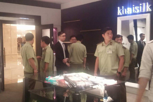 Chi cục Quản lý thị trường đồng loạt kiểm tra các cửa hàng Khaisilk tại Sài Gòn - Ảnh 3.