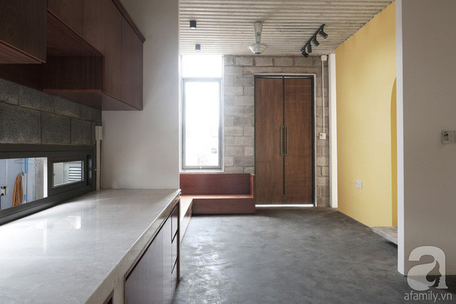 Mặt tiền ngôi nhà gồm 2 cánh cửa, cửa gỗ dẫn vào phòng khách...