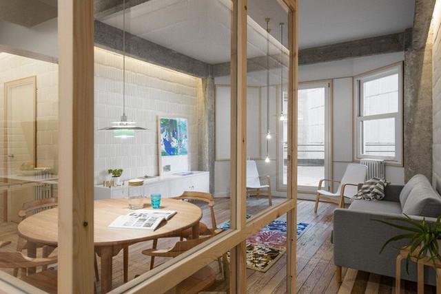 """Vách ngăn kính phân chia phòng khách với khu vực ăn uống hàng ngày. Không gian ăn uống được """"quây"""" bằng các bức tường vách ngăn kính tiện lợi."""