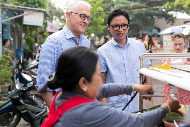 Vị lãnh đạo Australia ăn bữa sáng bình dân với bánh mì tại một quán ắn trên vỉa hè thành phố Đà Nẵng. Ảnh: Facebook Australia in Vietnam