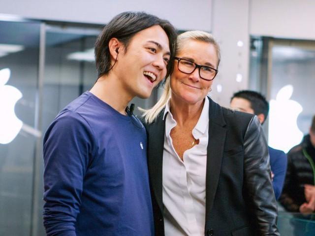 Angela Ahrendts, Giám đốc bán lẻ của Apple