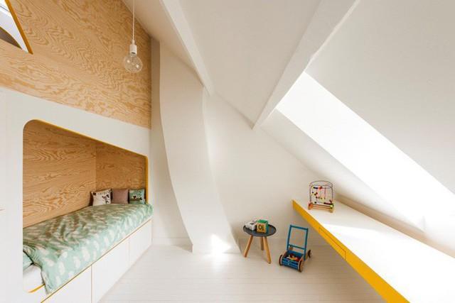 Hệ kệ này gồm 2 khối giường ngủ thiết kế xoay lưng, ngăn nhau bằng vách gỗ.