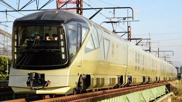 Shiki-Shima dài tương đương một đoàn tàu cao tốc bình thường nhưng chỉ có thể phục vụ tối đa 34 hành khách mỗi chuyến. Tuy nhiên, nó đã cháy vé cho tới tận tháng 6/2018. Hành khách muốn tận hưởng dịch vụ này phải đăng ký trước theo mẫu. Thậm chí, khi nhu cầu quá cao, người ta quay số để chọn ngẫu nhiên người được mua vé.