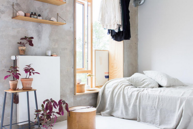 Phòng ngủ được đặt sát bên một góc tường gần cửa sổ giúp gia chủ vừa nghỉ ngơi vừa sử dụng như một góc thư giãn, đọc sách, nghe nhạc và ngắm cảnh bên ngoài căn hộ sau khi thức dậy hay trước khi đi ngủ.