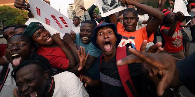 Đằng sau sự ra đi của người hùng Zimbabwe: Khi nhân dân nổi giận - Ảnh 3.