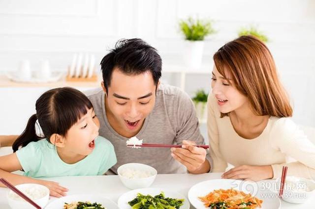Những bữa ăn cùng gia đình có thể làm cho đứa trẻ trở nên thân thiện hơn, ổn định cảm xúc hơn và hạnh phúc hơn (Ảnh minh họa).