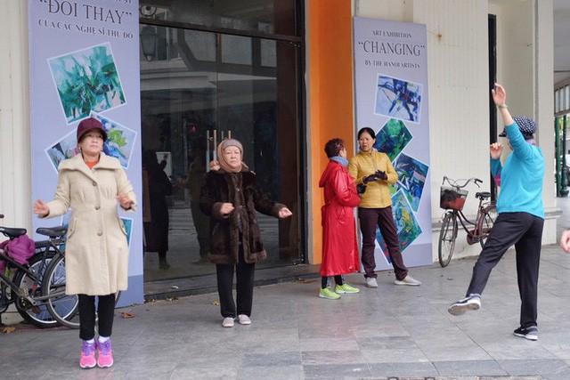 Chùm ảnh: Người Hà Nội co ro xuống phố trong cái lạnh kỷ lục từ đầu mùa - Ảnh 3.