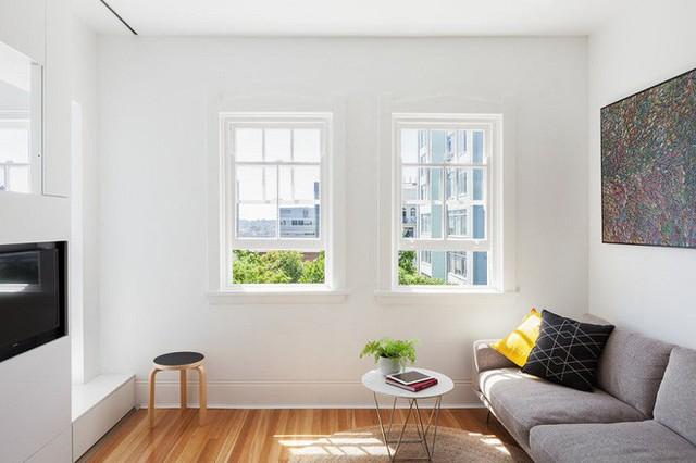 Lúc đầu mới mua, căn hộ chỉ có một không gian rộng 27m². Sau khi thiết kế lại, nó bao gồm các khu vực sống cần thiết, và không gian rộng nhất chính là phòng khách này.