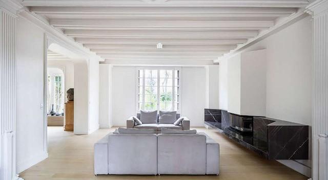Phòng khách rộng thênh thang nhờ cách phối màu đơn giản tối đa giữa đen và trắng, điểm xuyết xám trắng.