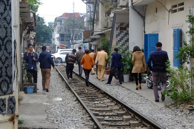 Công an xử phạt, đề nghị đóng cửa loạt quán cafe nằm giữa các con phố tàu ở Hà Nội, nhiều khách Tây ra về trong ngỡ ngàng - Ảnh 3.