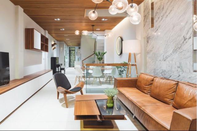 Không gian bên trong nhà được thiết kế đơn giản nhưng vô cùng hiện đại và tiện nghi. Trên tầng 6 của ngôi nhà là nơi bố trí phòng khách, bếp, khu nhà tắm.
