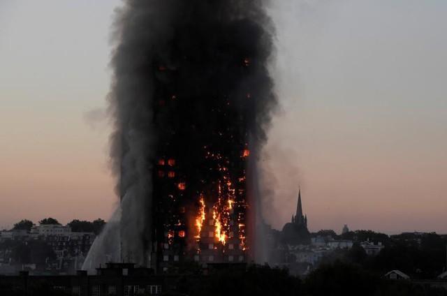 Đám cháy ngùn ngụt lửa ở tòa nhà Grenfell Tower trên đường Latimer - Tây London, Vương Quốc Anh, ngày 14 tháng 6.