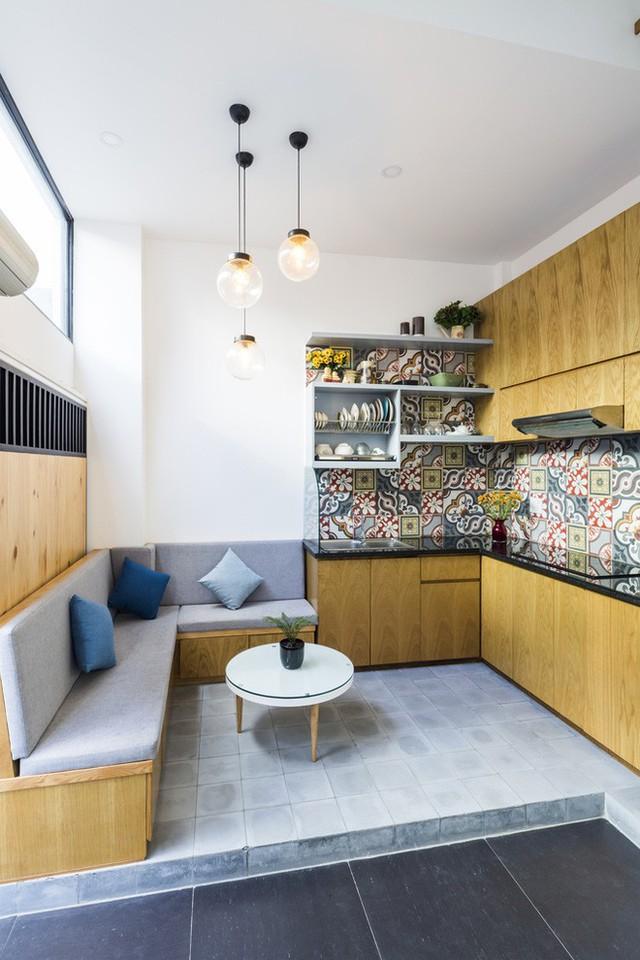 Tầng 1 của ngôi nhà được dành cho phòng khách - bếp - ăn. Khu bếp chữ L với tủ đồ cánh phẳng gọn gàng. Nhờ tầng 1 được thiết kế thông thoáng nên vấn đề mùi khi nấu ăn được giải quyết khá triệt để.