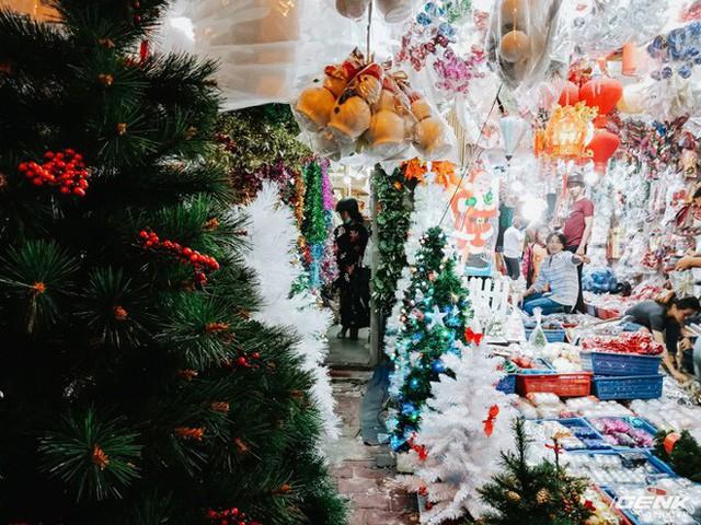 Đời sống qua lăng kính smartphone (Kỳ 1): Người dân Sài Gòn nô nức trang trí phố xá đón Noel đến gần - Ảnh 3.