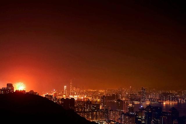 """Hong Kong từ lâu đã được biết đến như là một thành phố thịnh vượng, nhưng bên dưới vẻ bề ngoài lộng lẫy ấy là thế giới của những """"nhà lồng"""" và """"phòng quan tài."""