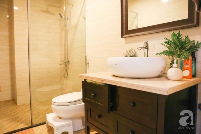 Phòng tắm đứng được đặt bên cạnh khu vực vệ sinh, ngăn cách bằng vách kính hiện đại.