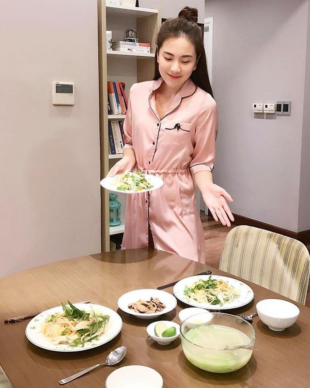 Nếu không đi ăn ngoài, cô nàng sẵn sàng vào bếp nấu những món ngon.