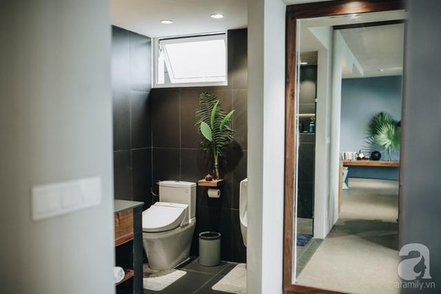 Phòng vệ sinh được bố trí tách biệt với không gian phòng tắm.