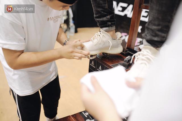 Tại sự kiện còn diễn ra hoạt động làm sạch giày miễn phí thu hút đông đảo các bạn trẻ xếp hàng để chờ đến lượt mình.