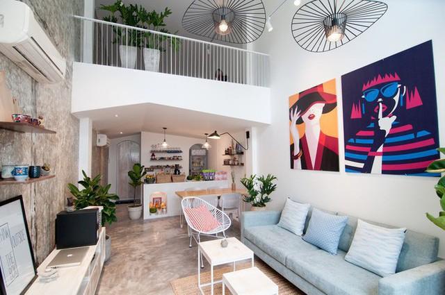 Phần trần bếp thiết kế mái dốc như mái nhà độc đáo. Ở khu phòng khách, những chiếc đèn thả cá tính được thêm vào, càng làm không gian thêm thu hút.