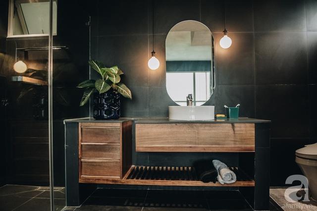 Nhà thiết kế Trương Thanh Hải vẫn chọn tông màu trầm để làm đẹp cho phòng tắm của gia đình.