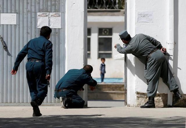 Cảnh sát Afghanistan đang cố gắng giải cứu một đứa trẻ 4 tuổi người Ali Ahmad tại nơi xảy ra cuộc tấn công tự sát tại Kabul, Afghanistan vào ngày 25 tháng 8.