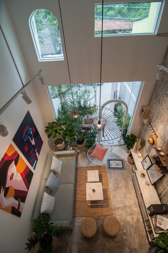 Các không gian chức năng trong nhà thiết kế theo kiểu dọc, không dùng tường ngăn mà dùng chính nội thất để tạo vách ngăn cho từng khu vực. Chẳng hạn bàn ăn thanh mảnh ngăn giữa khu vực phòng khách và bếp nấu hay khu vực bếp có bàn bar tạo sự riêng tư.