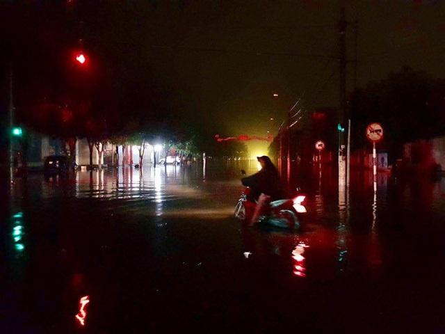 Đường phố tại TP Hà Tĩnh ngập sâu tối nay. Ảnh: Thiện Lương