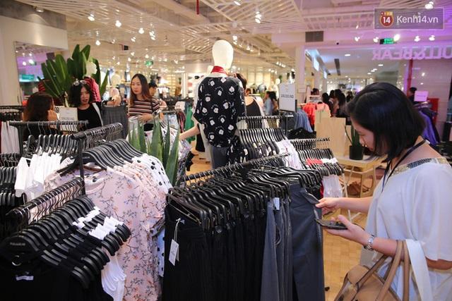 Pull&Bear Việt Nam: Giá rẻ hơn Thái Lan, áo phông giá từ 149.000 đồng, quần jeans từ 699.000 đồng - Ảnh 29.