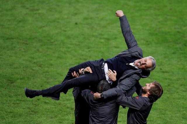 Huấn luyện viên của Manchester United, ông Jose Mourinho ăn mừng với đội ngũ huấn luyện tại trận chung kết Giải bóng đá vô địch các câu lạc bộ Châu Âu với Ajax Amsterdam.