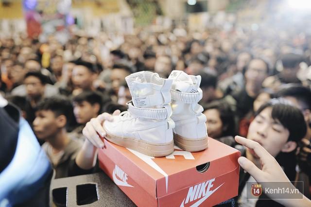 Đôi Air Jordan 1 phiên bản đặc biệt này là một trong những phần quà nằm trong chương trình bốc thăm trúng thưởng, được tài trợ bởi một shop giày khá nổi tại Sài Gòn.