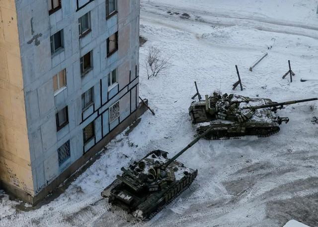 Xe tăng trong thị trấn công nghiệp của chính phủ tại Avdiyivka, Ukraine. Ảnh được chụp vào ngày 1 tháng 2.