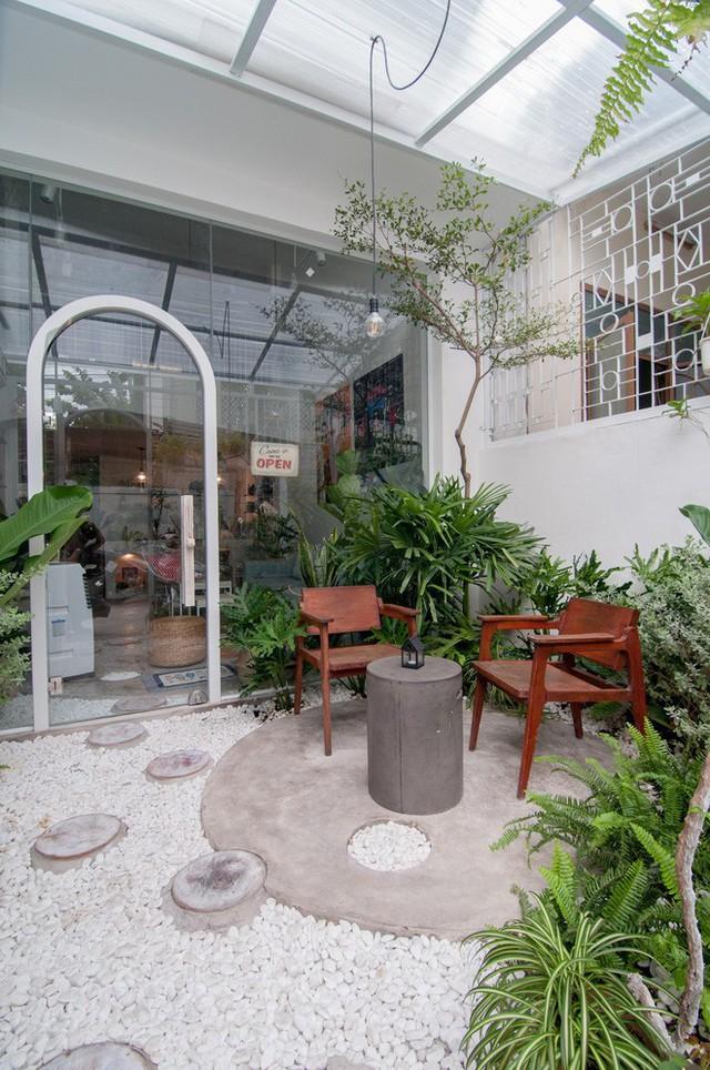 Góc thư giãn tại gia đẹp như spa gợi nhớ đến phong cách thiền với cây xanh, bàn ghế gỗ và trải sỏi.