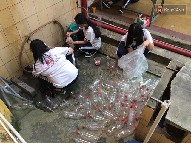 Các chai nhựa được vệ sinh trước khi đưa vào sử dụng.