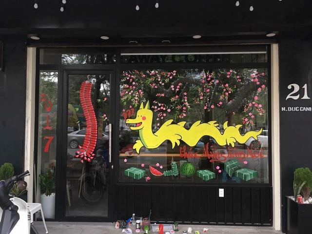 Một cửa hàng cà phê đã vẽ hình chú rồng Pikachu lên cửa kính. (Nguồn ảnh: Facebook)